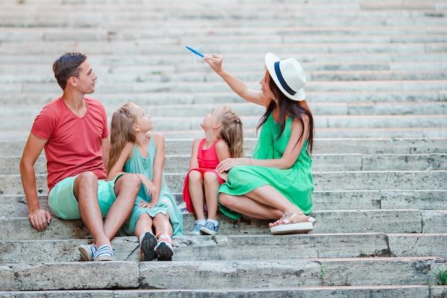 Familienurlaub in europa. flugzeug in der hand der frau.
