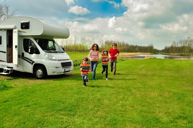 Familienurlaub, wohnmobilreisen mit kindern, glückliche eltern mit kindern haben spaß auf urlaubsreise im wohnmobil