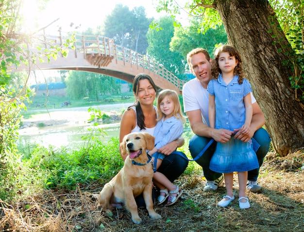 Familienvatermutterkinder und -hund im freien