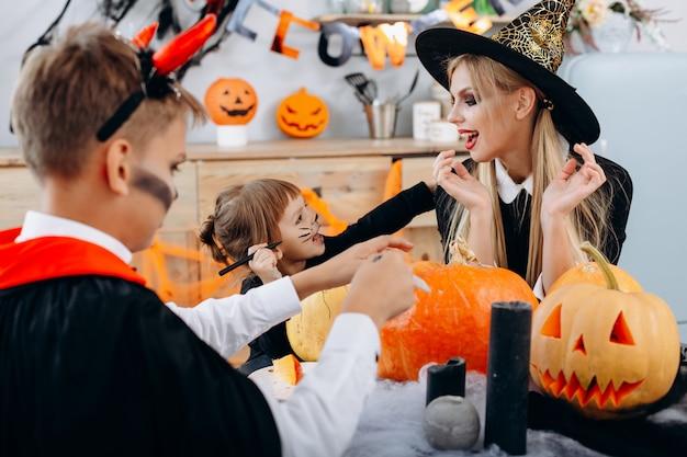 Familienvorbereitungen für den feiertag halloween und haben eine lustige zeit. helloween