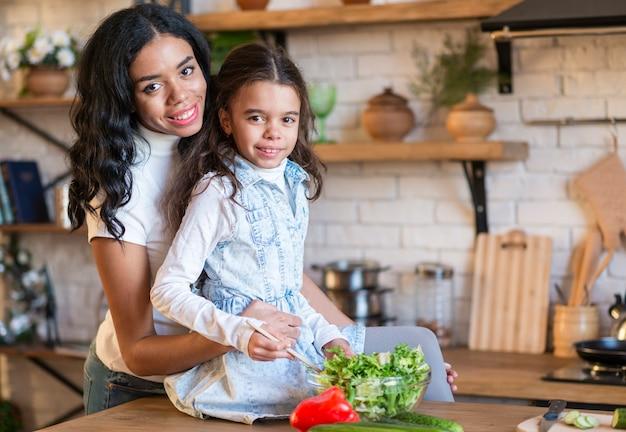 Familienzeit, die zusammen kocht