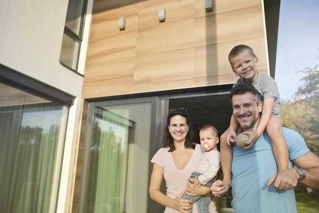 Familienzeit in einem modernen zuhause