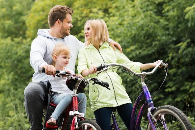 Familienzeit mit fahrrädern