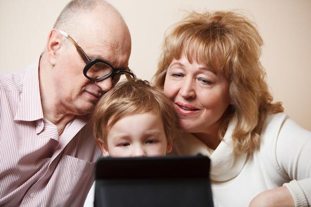 Familienzeit mit touchpad
