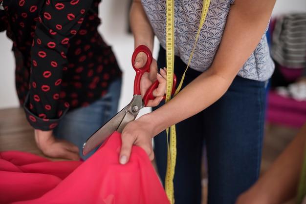 Fangen sie an, neue kleider zu nähen