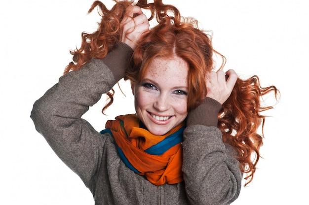 Fanny mädchen mit roten haaren und sommersprossen. frau im pullover und im schal. modischer stil.