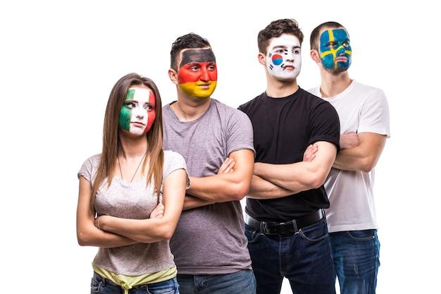 Fans von nationalmannschaften mit gemaltem flaggengesicht von deutschland, mexiko, der republik korea, schweden.