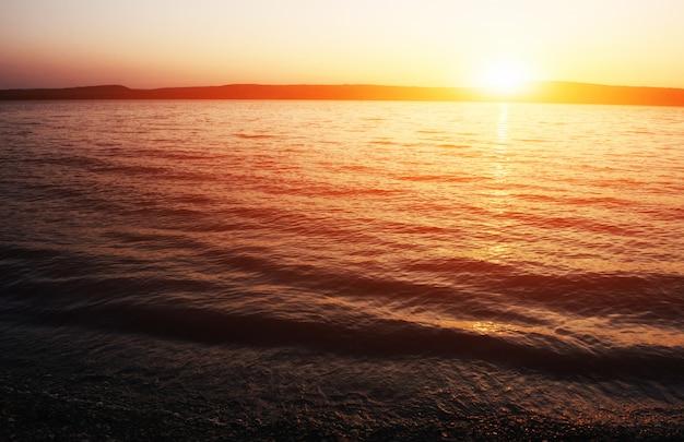 Fantastische aussicht auf das meer und den sonnenuntergang.