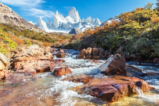 Fantastische aussicht auf den mount fitz roy an einem herbstmorgen, el chalten, argentinien.