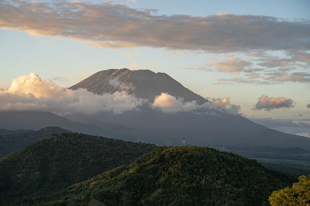 Fantastische aussicht auf den schlafenden vulkan im tropischen bergtal stockfoto