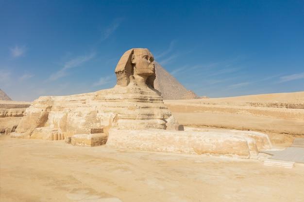 Fantastische große alte sphinx-pyramide mitten in der wüste in ägypten.