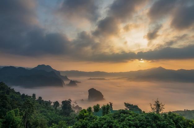 Fantastische landschaft von misty mountain über phu lanka-gebirgshügeln, phayao-provinz