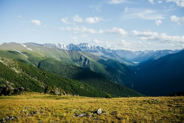 Fantastische lebendige aussicht auf große berge, gletscher und grünes waldtal mit alpensee und fluss. schöne alpine landschaft von weiten weiten. wunderbare bunte hochlandlandschaft mit riesigen bergen