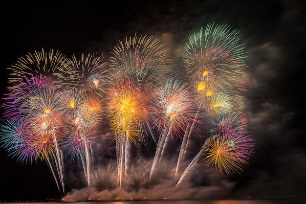 Fantastische mehrfarbenfeuerwerks-feier vom großen boot über dem meer, feierkonzept