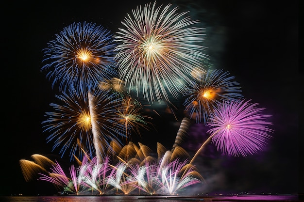 Fantastische multicolor feuerwerk feier vom großen boot über das meer