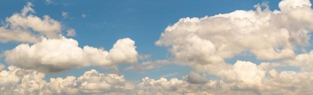 Fantastische weiche weiße wolke gegen blauen himmel