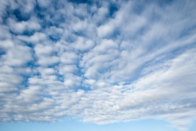 Fantastische weiche weiße wolken gegen blauen himmel