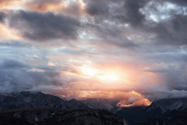 Fantastische weite sicht auf die sonnenuntergangslichter beleuchtet die wolken und schafft eine gelb gefärbte landschaft.
