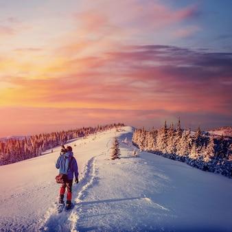 Fantastische winterlandschaft und ausgetretener touristenweg