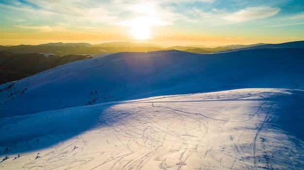Fantastischer blick auf die winterskipiste an einem sonnigen wolkenlosen tag.