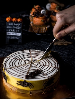 Fantastischer halloween-lebensmittel-party-tisch mit kürbis-kuchen-muffin und plätzchen.
