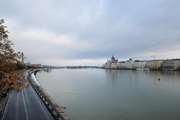 Fantastischer panoramablick auf die donau bei bewölktem wetter