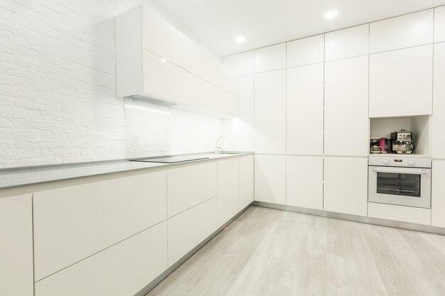 Fantastischer sauberer skandinavischer kücheninnenraum