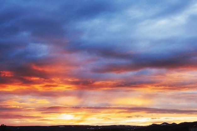 Fantastischer sonnenuntergang in den bergen cumulus wolken