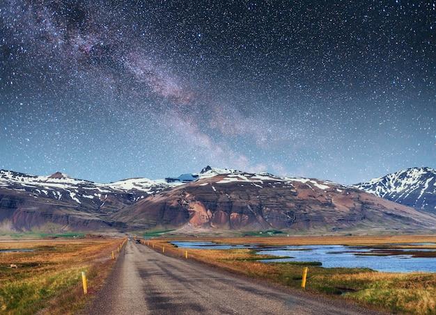 Fantastischer sternenhimmel und die milchstraße.
