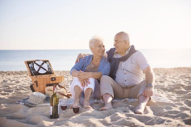 Fantastischer tag am strand verbracht. älteres paar im strand-, ruhestands- und sommerferienkonzept