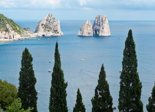 Faraglioni, berühmte riesige felsen, capri-insel