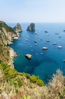 Faraglioni schaukelt in der nähe von capri island in italien