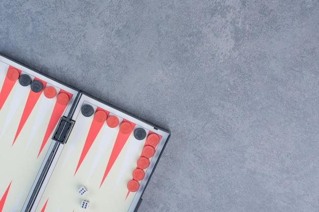 Farbdetail eines backgammon-spiels mit zwei würfeln aus der nähe.