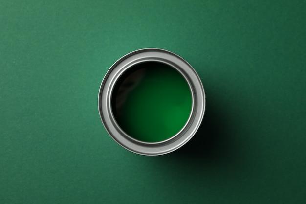 Farbdose auf grüner oberfläche