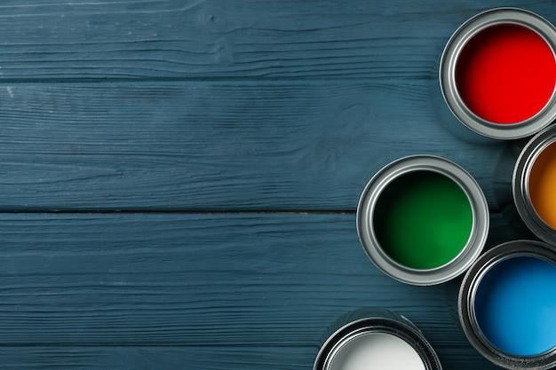 Farbdosen auf holztisch, platz für text