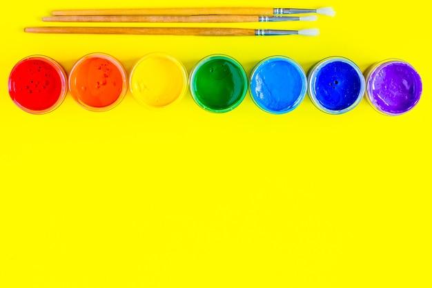 Farbdosen sind in einer linie oben die farben werden in der reihenfolge des regenbogens angezeigt es gibt pa...