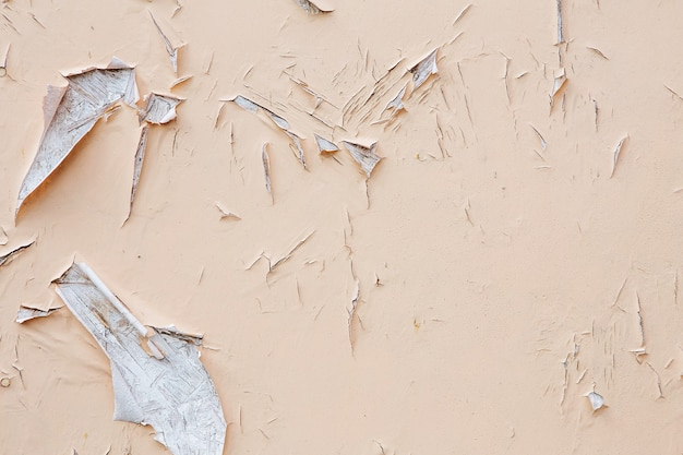 Farbe an einer wand knacken und abblättern. weinleseholzhintergrund mit abblätternder farbe. altes brett mit bestrahlter farbe