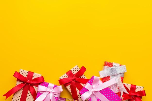 Farbe der geschenkbox mit kaufendem gelbem hintergrund.