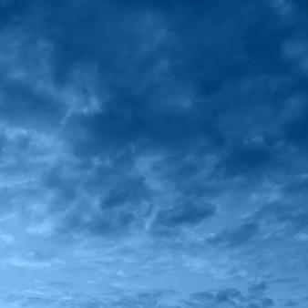 Farbe des jahres 2020 - classic blue. blauer drastischer himmel mit wolken
