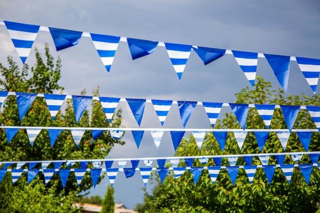 Farbe fahnen girlande am himmel. festivalflaggenlinie mit blauem himmel