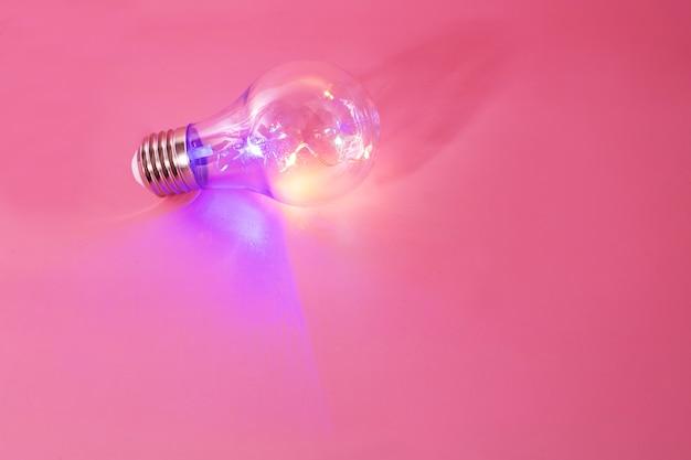 Farbe glühbirne auf rosa hintergrund