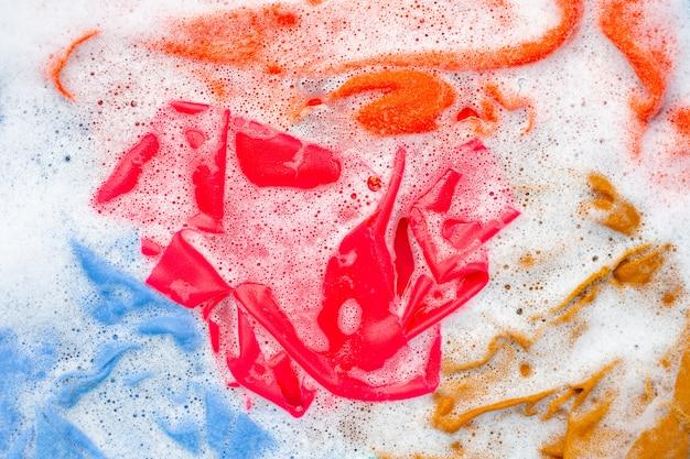 Farbe kleidung vor dem waschen einweichen.