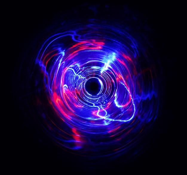 Farbe licht bewegt zyklusform bei langzeitbelichtung im dunkeln.