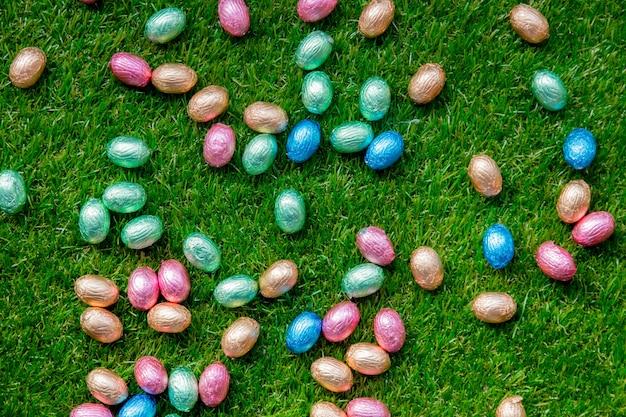 Farbe schokoladen-ostereier auf gras