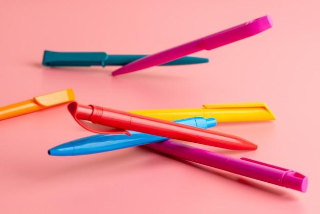 Farbe stift auf rosa hintergrund zurück zur schule bildung mit kopie raum bunt