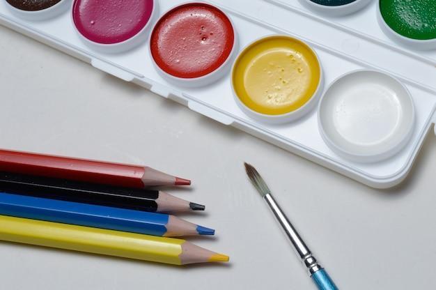 Farbe zum zeichnen von aquarell, bleistift und pinsel.