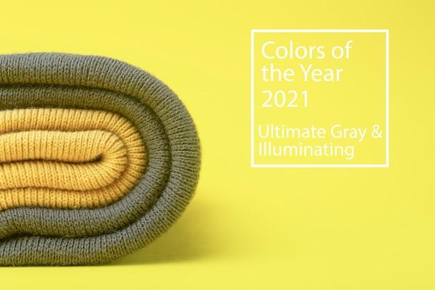 Farben des jahres 2021 ultimate grey und illuminating yellow. graue und leuchtende wintermützen
