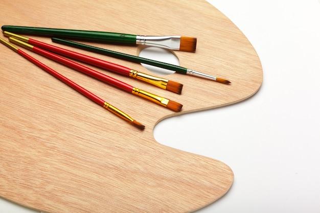 Farben und pinsel, zubehör für kunstprozesse