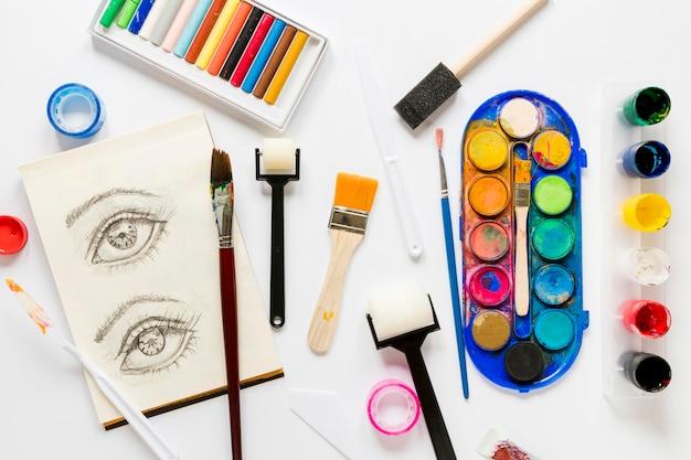 Farben und werkzeuge für künstler auf dem schreibtisch