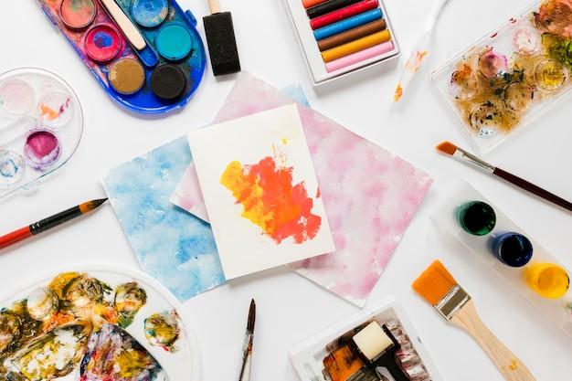 Farben und werkzeuge für künstlerrahmen auf schreibtisch